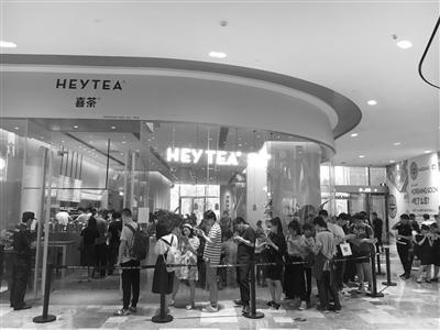 昨天下午,杭州喜茶店外有很多人排队。