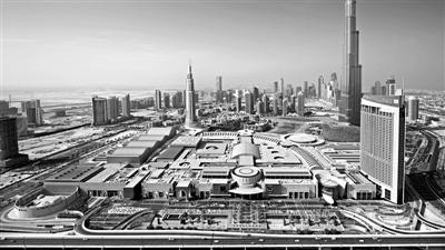 旅行团当天解散的地点:全球最大的购物中心DUBAI MALL,右后方是世界第一高楼哈利法塔。